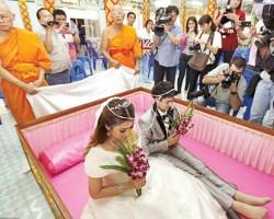 عادات غريبة تتم في مراسم الزواج حول العالم